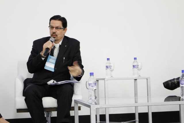 participação do Dr. Honório Menezes sentado falando no primeiro simpósio brasileiro de implantes infiltrativos pmma em porto alegre