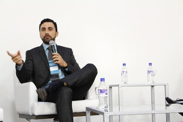 medico roberto chacur sentado na mesa de discussao falando sobre sua experiência com PMMA