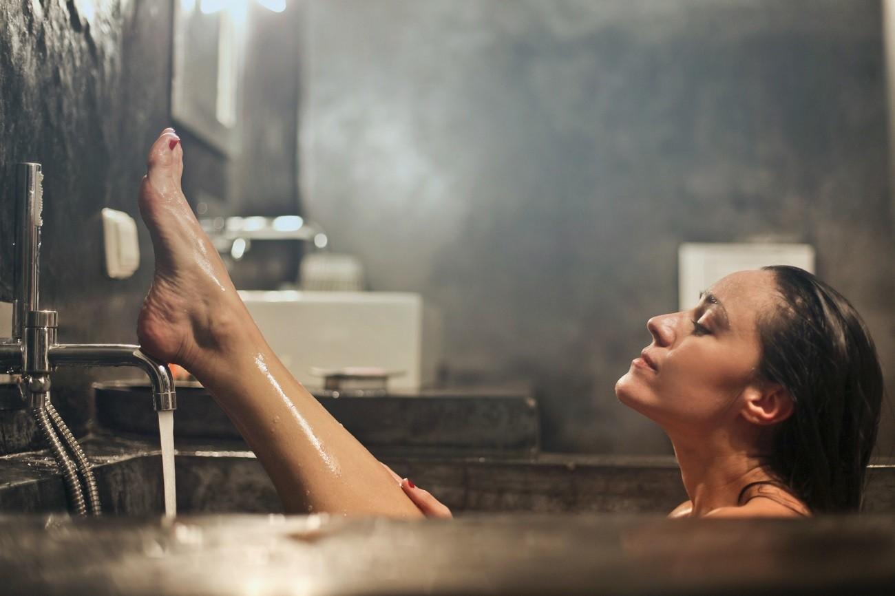 MARIE CLAIRE | Óleo de banho substitui o hidratante? Dermatologista responde